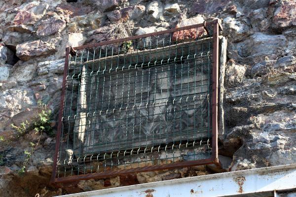 Galata daki Cenova Arması demir korkulukla çevrildi #1