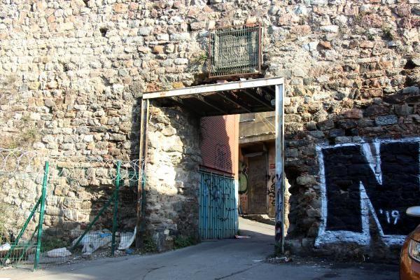 Galata daki Cenova Arması demir korkulukla çevrildi #3