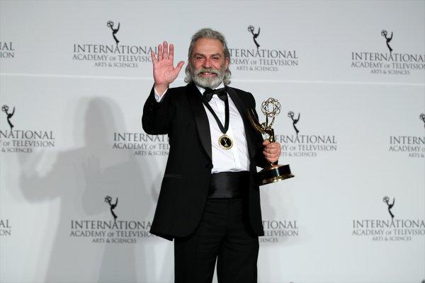 Haluk Bilginer Emmy Ödüllerinde en iyi erkek oyuncu seçildi #1