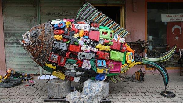 Sahile vuran plastik atıklarla balık heykeli inşa etti #1
