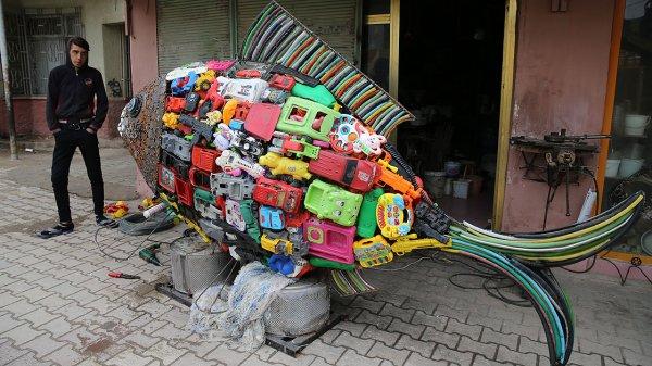 Sahile vuran plastik atıklarla balık heykeli inşa etti #2